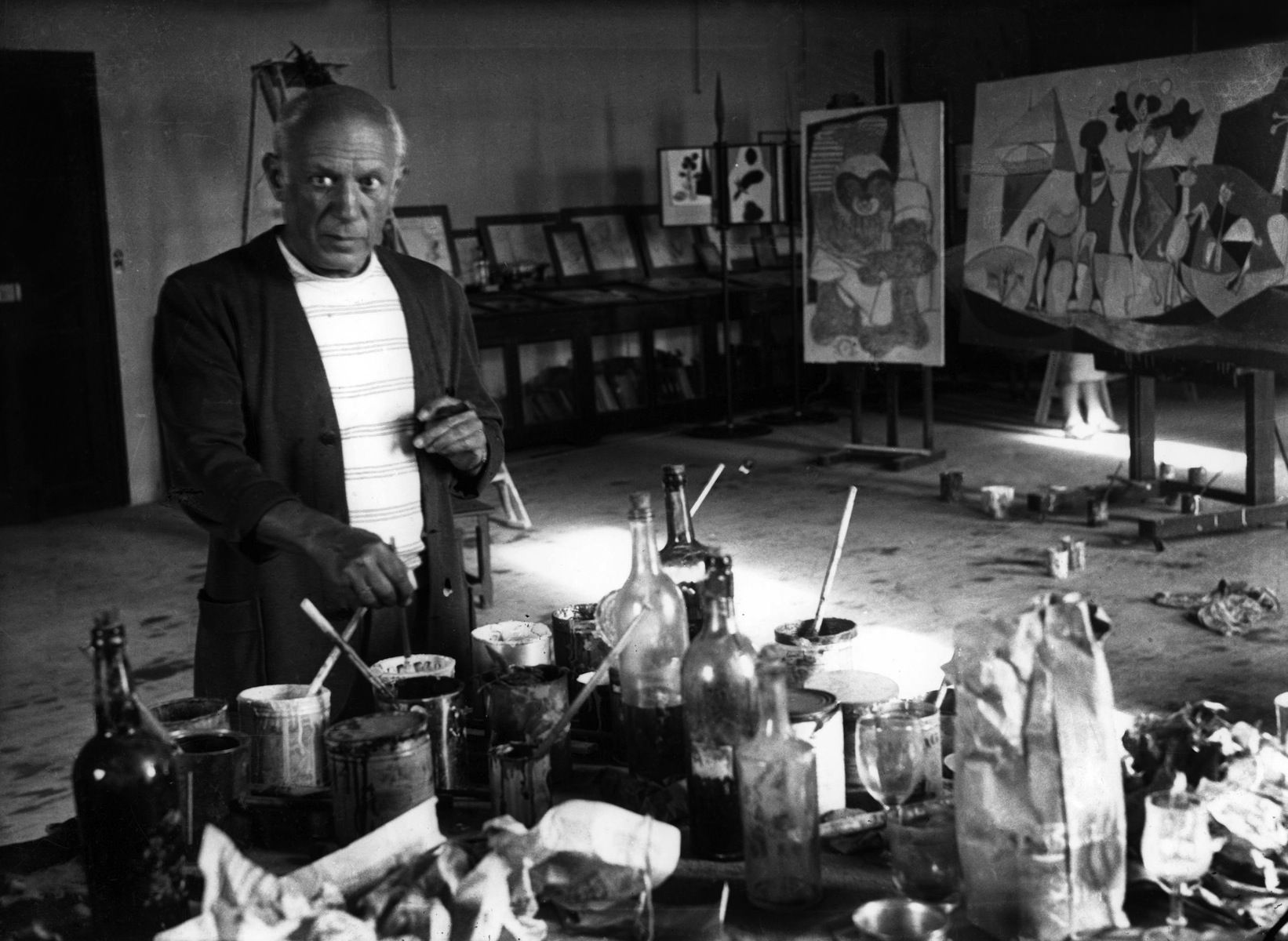 Pablo Picasso (1881-1973) dans son atelier au chateau Grimaldi a Antibes, ete 1946 --- Pablo Picasso in his workshop in Antibes summer 1946