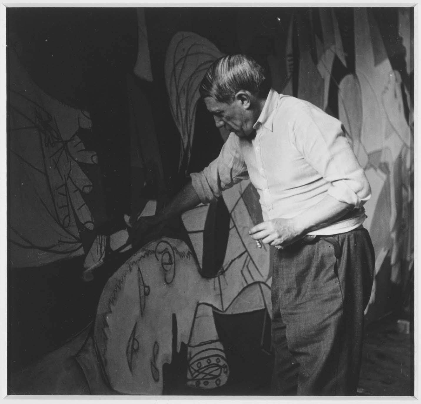 foto pablo picasso pintando guernica dionisio arte