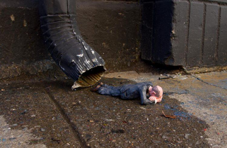 isaac cordal mini escultura critica sociedade natureza arte urbana dionisio arte (6)